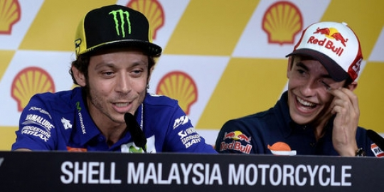 Rossi tuduh Marquez tak sportif, sengaja bantu Lorenzo.